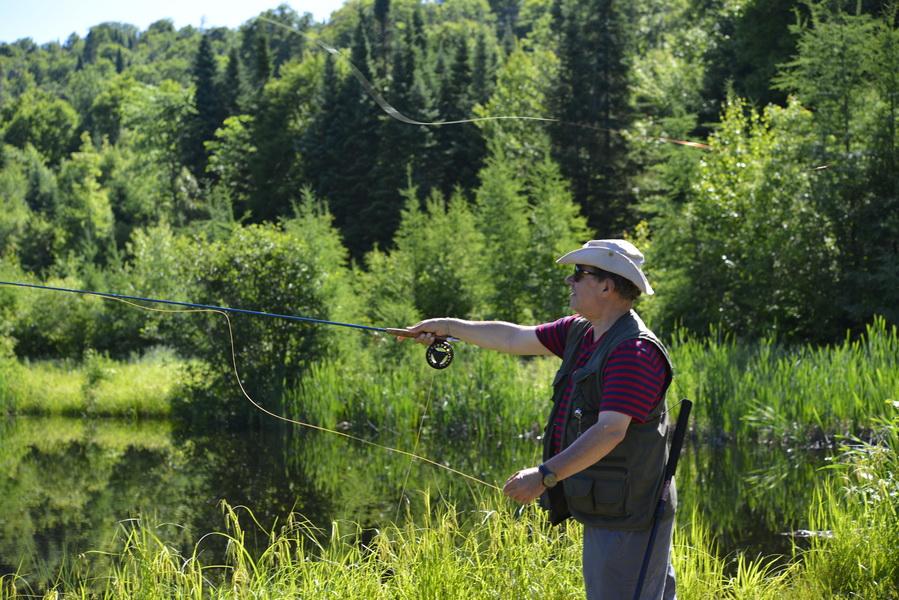 Enfant et femme à la pêche