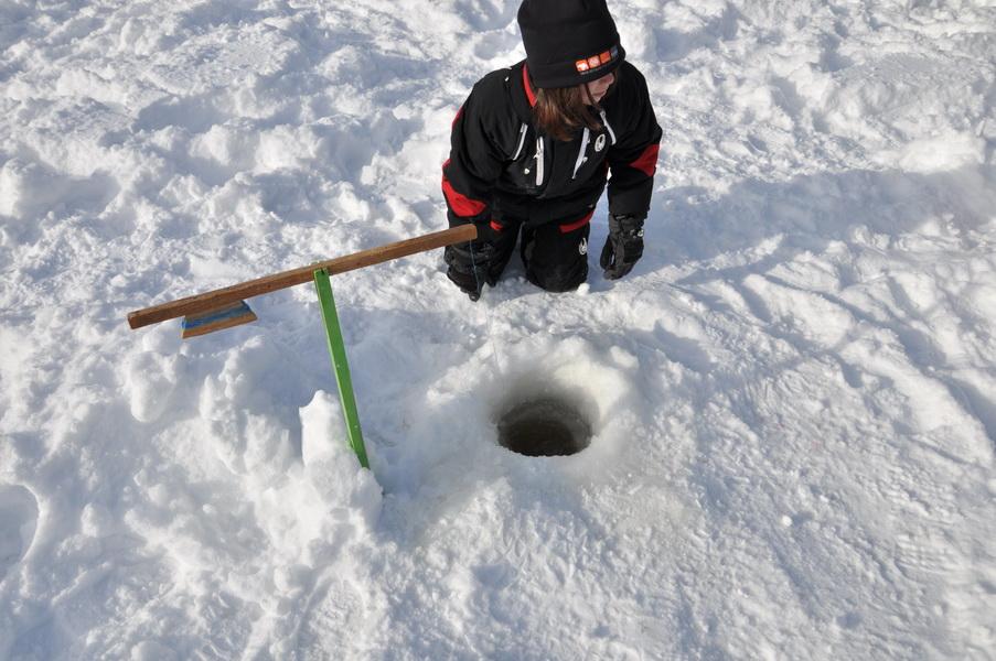 Enfant qui pêche sur glace